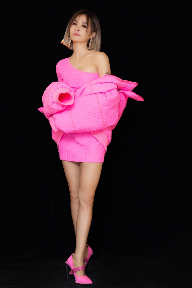 蔡依林穿FENDI最新聯名系列Prints On的亮粉色設計洋裝、粉色FF Lo...