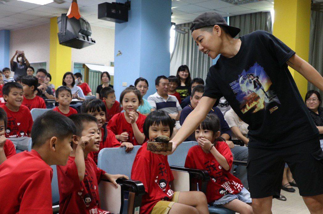 吳沁婕(右)生動活潑的帶動方式,讓孩子們開心不已。圖/校方提供