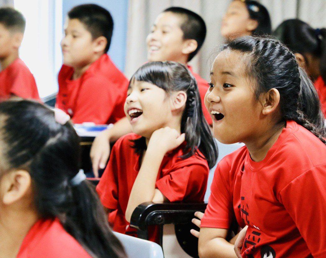 演講會上孩子們笑開懷。圖/校方提供