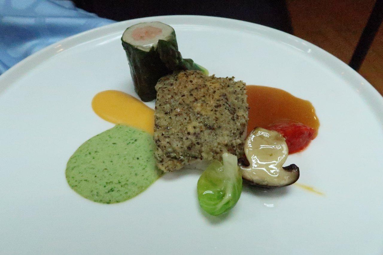 學生重現得獎作品「香料奶油鱈魚比斯可搭配菠菜魚慕斯捲」。記者徐如宜/攝影