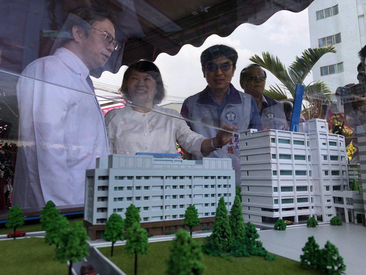 嘉基院長姚維仁(左一)和嘉義市長黃敏惠(左二)透過模型大樓,討論嘉義醫療未來願景...