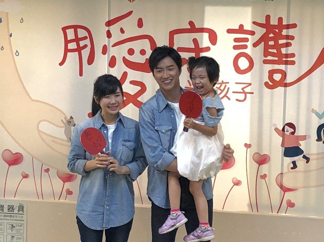 江宏傑(中)、福原愛(左)夫婦合體做公益。記者林士傑/攝影