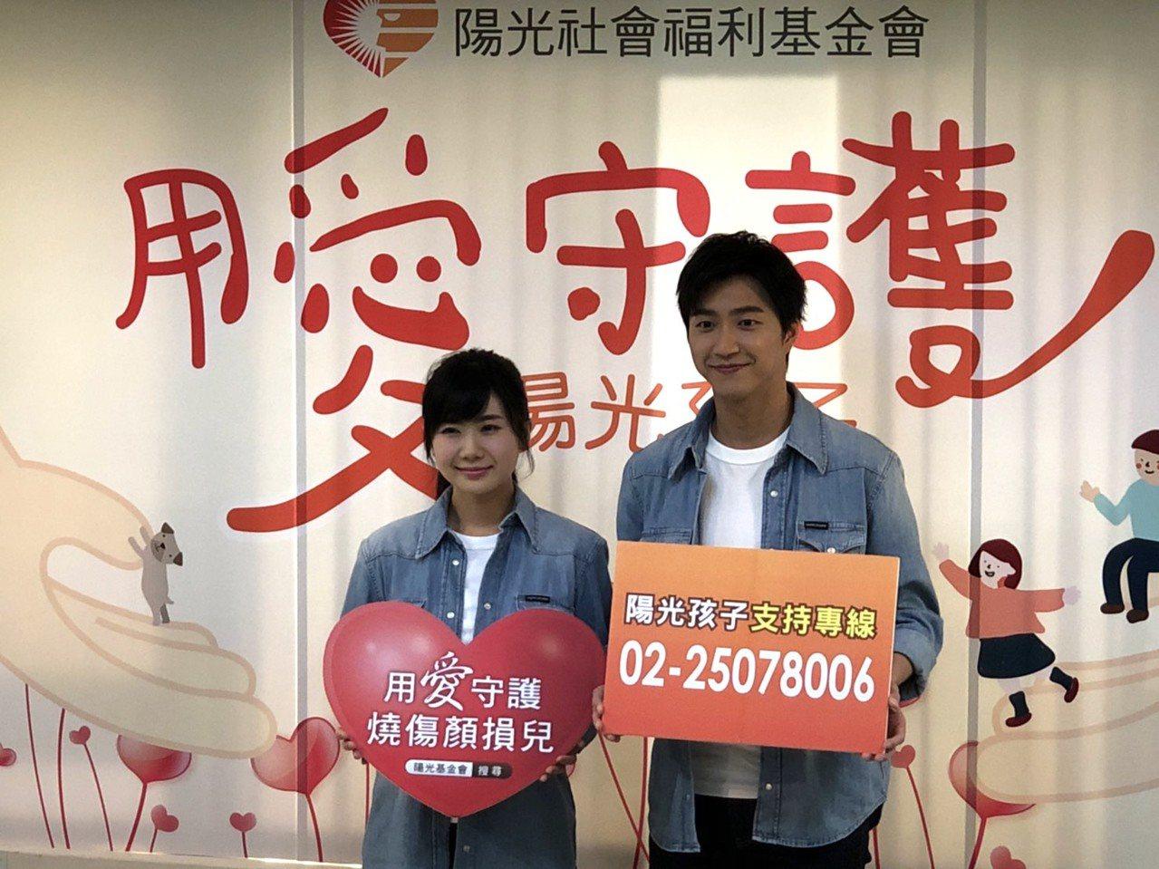 桌壇銀色夫妻檔江宏傑、福原愛為陽光基金會拍攝公益平面廣告。記者劉肇育/攝影
