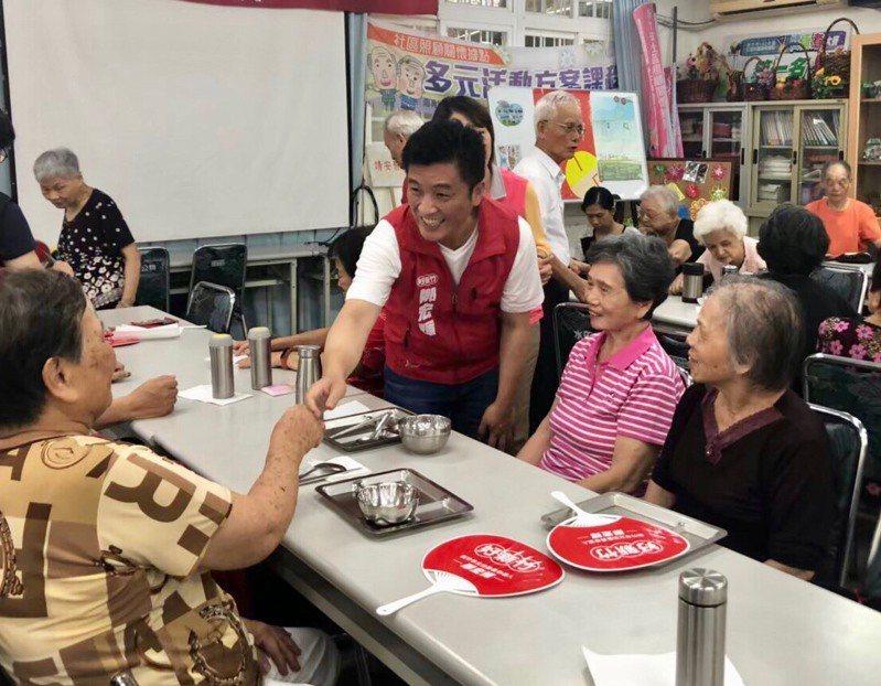 重陽節後,民進黨新竹市立委參選人鄭宏輝這幾天探視多名竹市年長者。圖/鄭宏輝提供