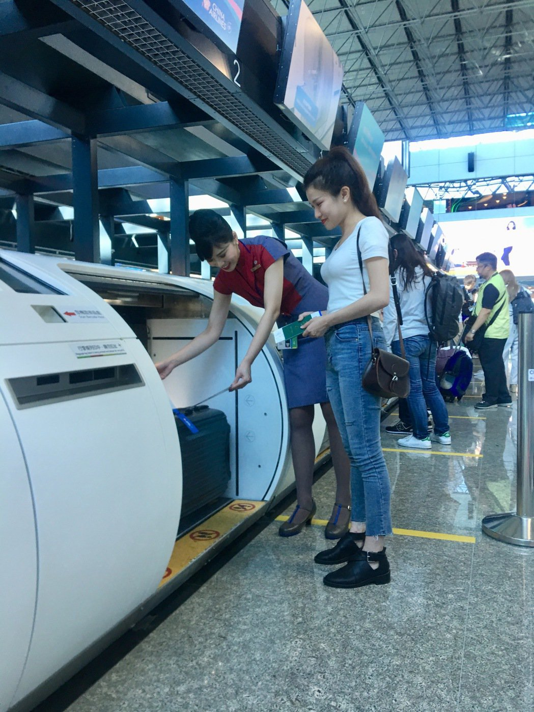 國慶四天連假加班機多、出國人也多,機場公司提醒要出國的旅客,出發前請先與航空公司...
