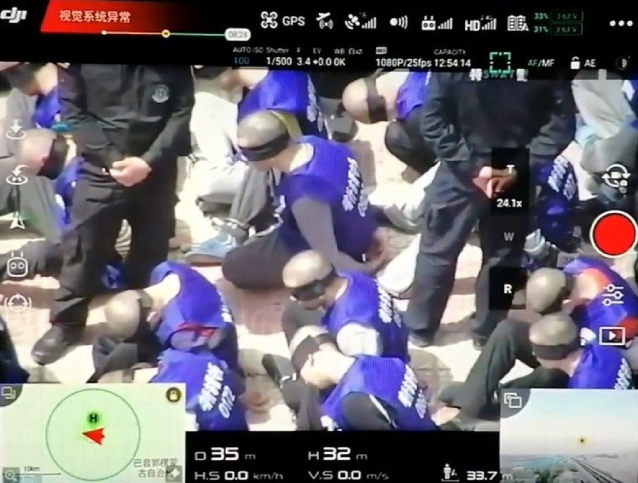 一支似是在中國新疆拍攝的無人機影片近日被人上傳網路,可見到數百身穿「喀什巿(Ka...