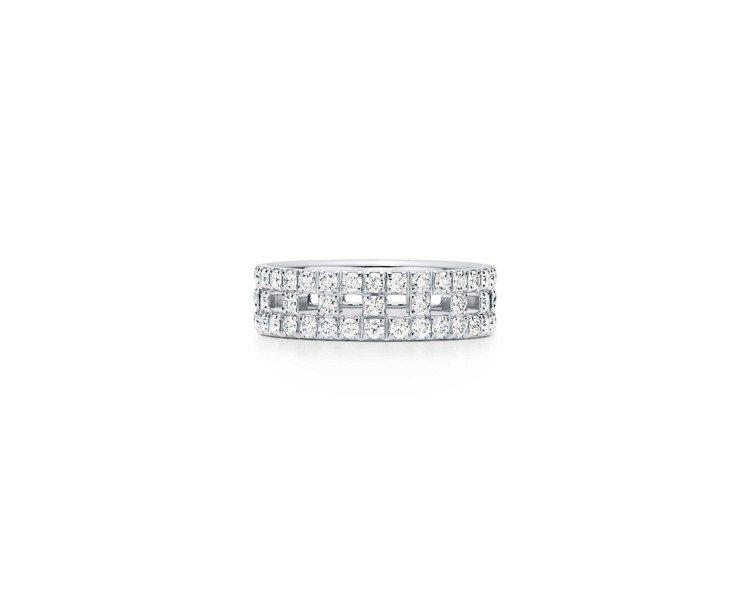 Tiffany T True 18K白金寬版鋪鑲鑽石戒指,約19萬4,000元。...