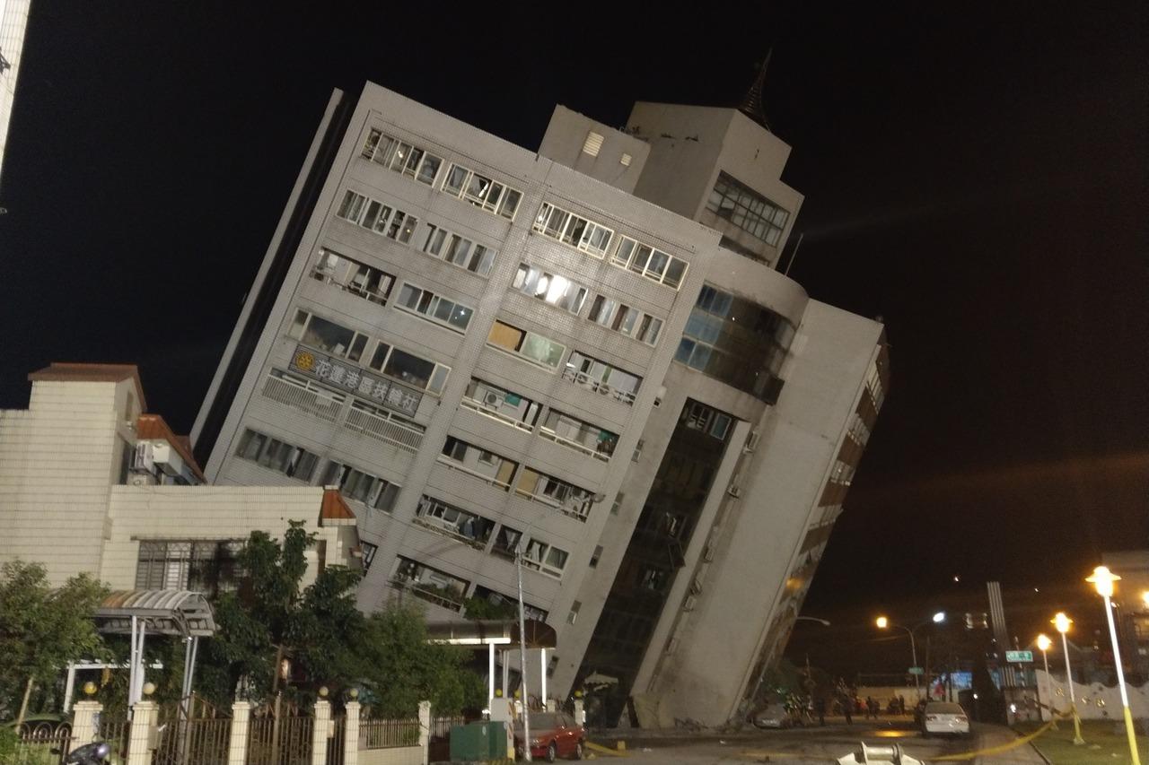 花蓮雲門翠堤大樓去年0206地震後傾斜倒塌造成14人死亡,花蓮地方法院認為建商等...