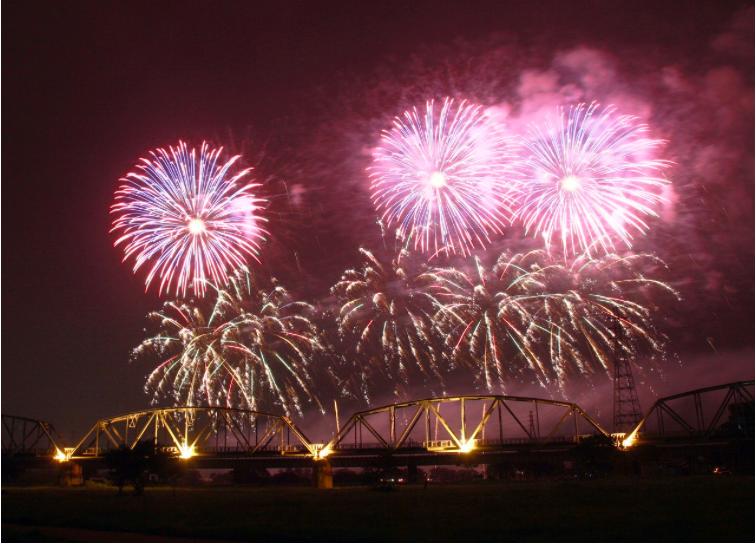 今年國慶焰火在屏東河濱公園施放。聯合報系資料照片/記者劉學聖攝影