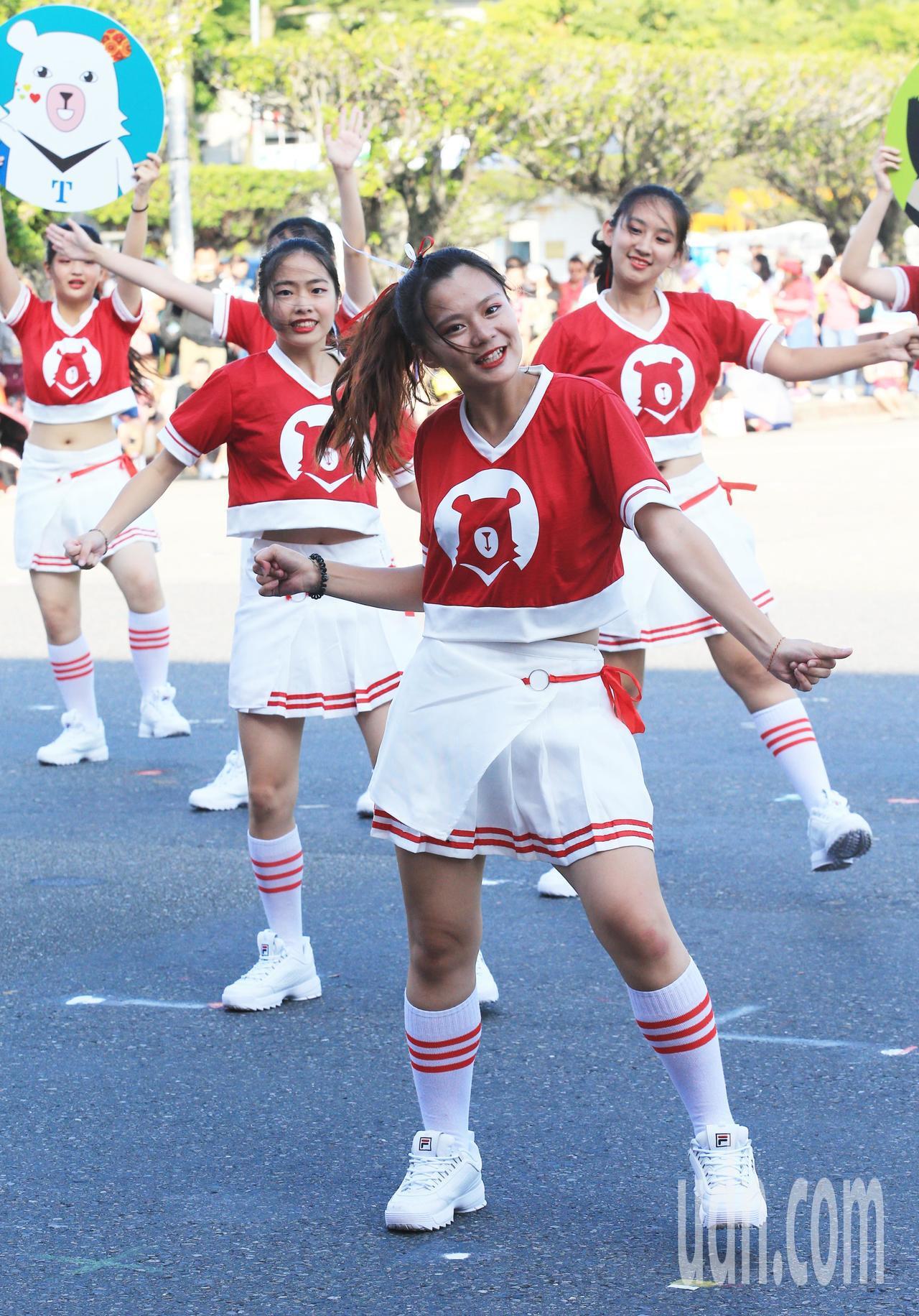 學生們動感活力表演。記者陳正興/台北報導