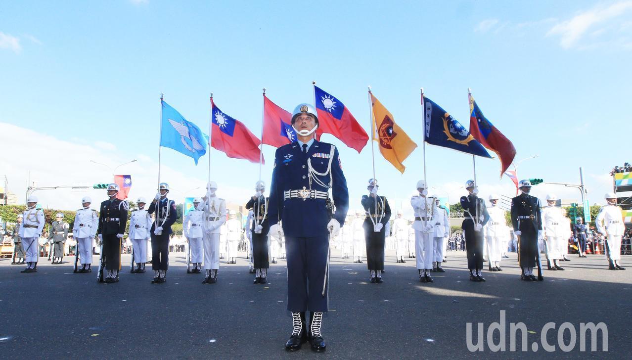 三軍樂儀旗隊的旗幟在空中飛揚。記者陳正興/台北報導