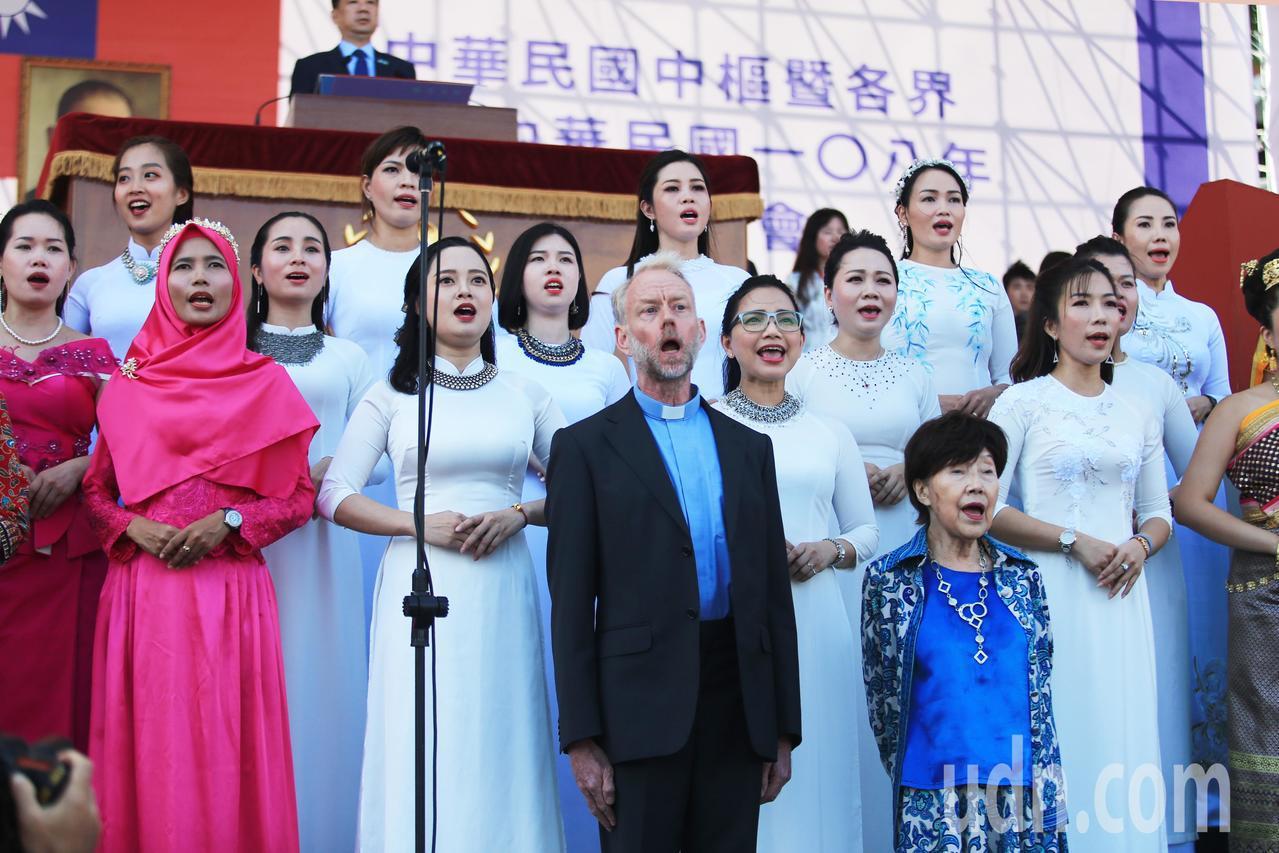 台灣新住民們為國慶活動演唱國歌。記者陳正興/台北報導