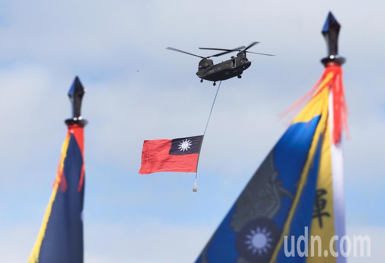 陸軍CH-47直升機吊掛巨幅國旗,通過總統府前廣場上空。記者陳正興/台北報導