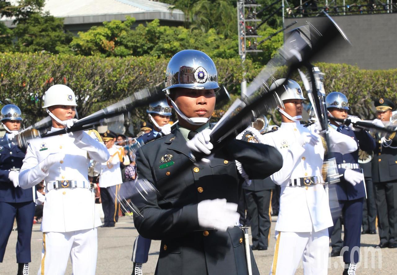 三軍儀隊的操槍表演精彩絕倫。記者陳正興/台北報導