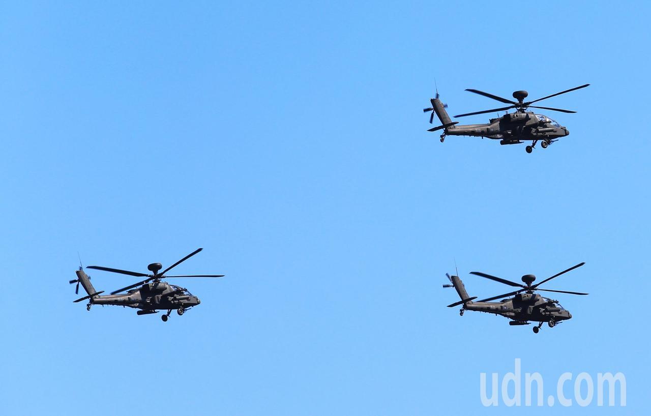 陸軍阿帕契直升機,通過總統府前廣場上空。記者陳正興/台北報導