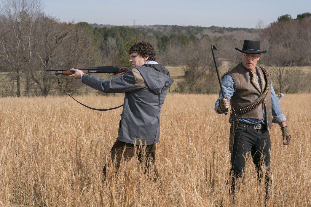 傑西艾森柏格(左)與伍迪哈里遜繼續在「屍樂園:髒比雙拼」對抗殭屍。圖/索尼提供