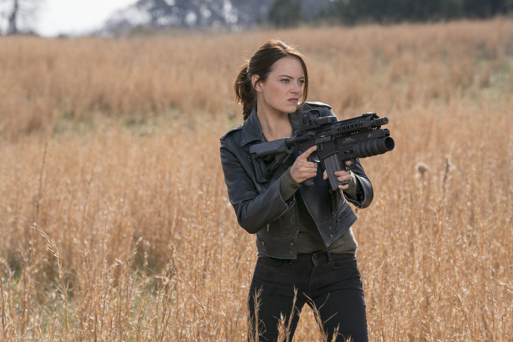 艾瑪史東再度回歸「屍樂園」系列扮演殭屍獵人。圖/索尼提供