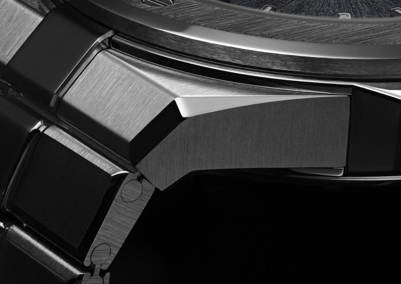 蕭邦Alpine Eagle系列腕表採用表殼表鍊一體成型的設計。圖/蕭邦提供