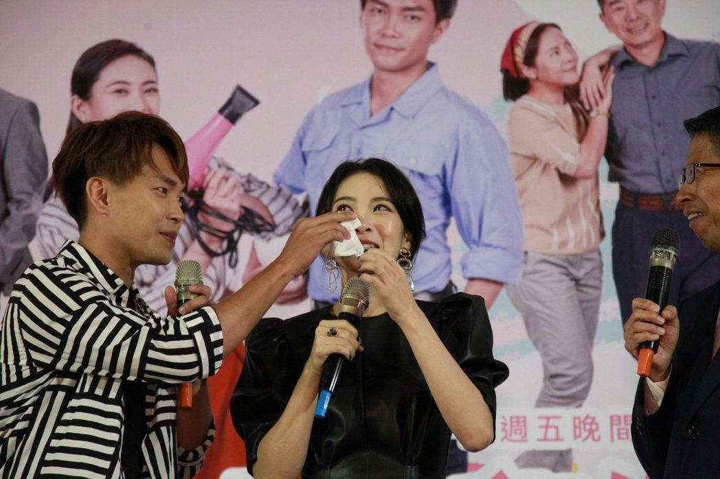 李亦捷提到媽媽忍不住落淚,許仁杰幫忙擦眼淚。圖/大愛台提供