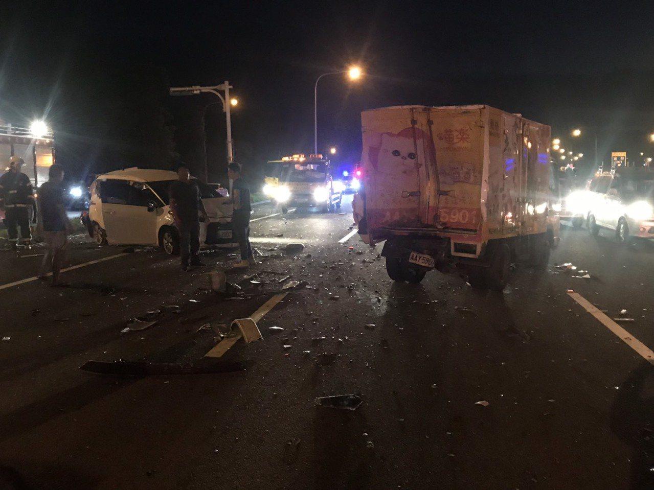 國道3號北上靠近新台五路交流道發生連環車禍,6輛自小客車與1輛小貨車擦撞。記者李...
