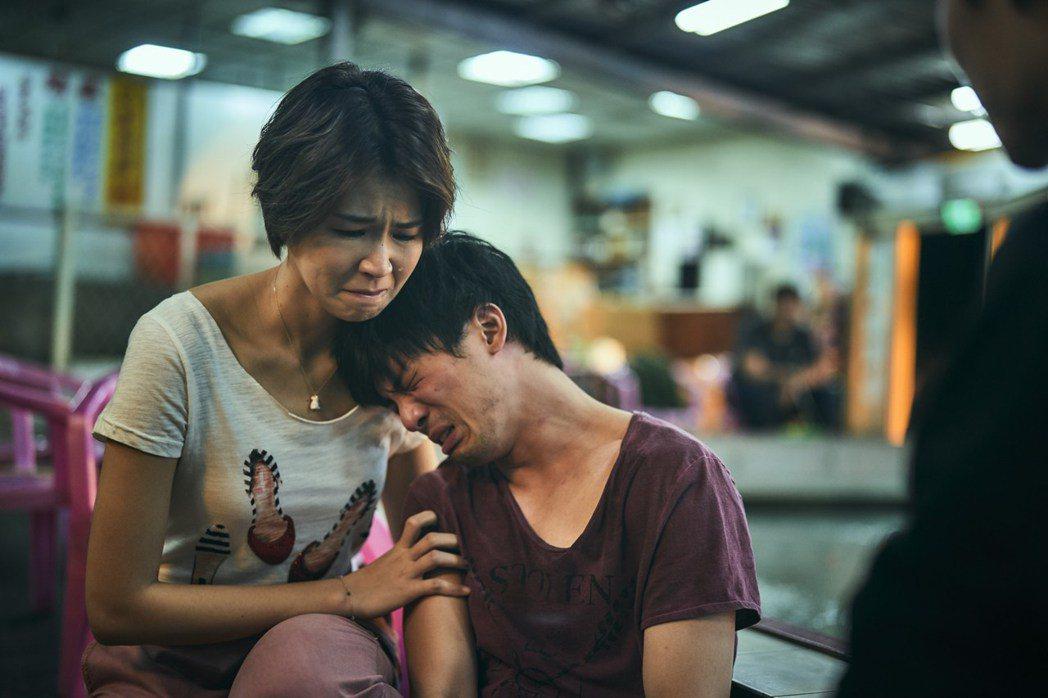 曾沛慈(左)以「我們與惡的距離」拿下女配角獎。圖/CATCHPLAY提供
