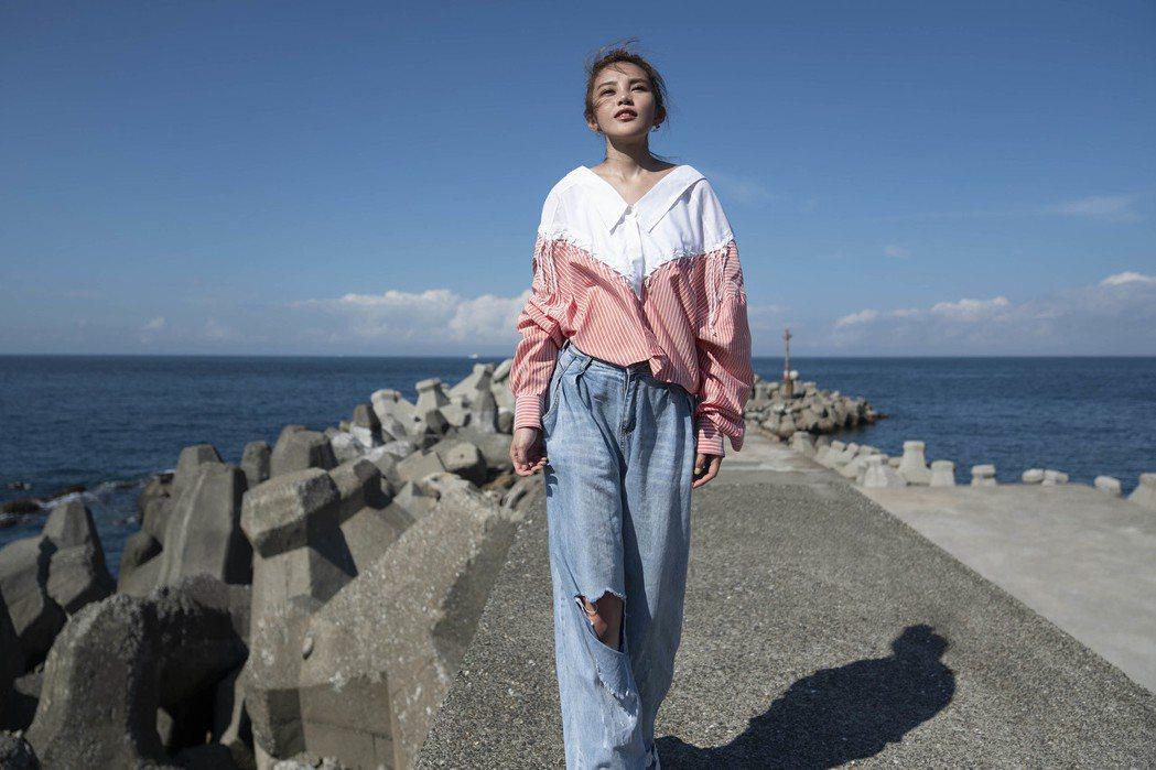 李佳歡為了拍攝MV而上山下海。圖/游手好弦娛樂提供