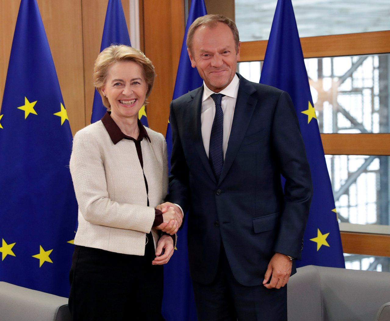 歐洲理事會主席圖斯克(右)8日推文,批評強生將脫歐僵局怪罪歐盟。(路透)