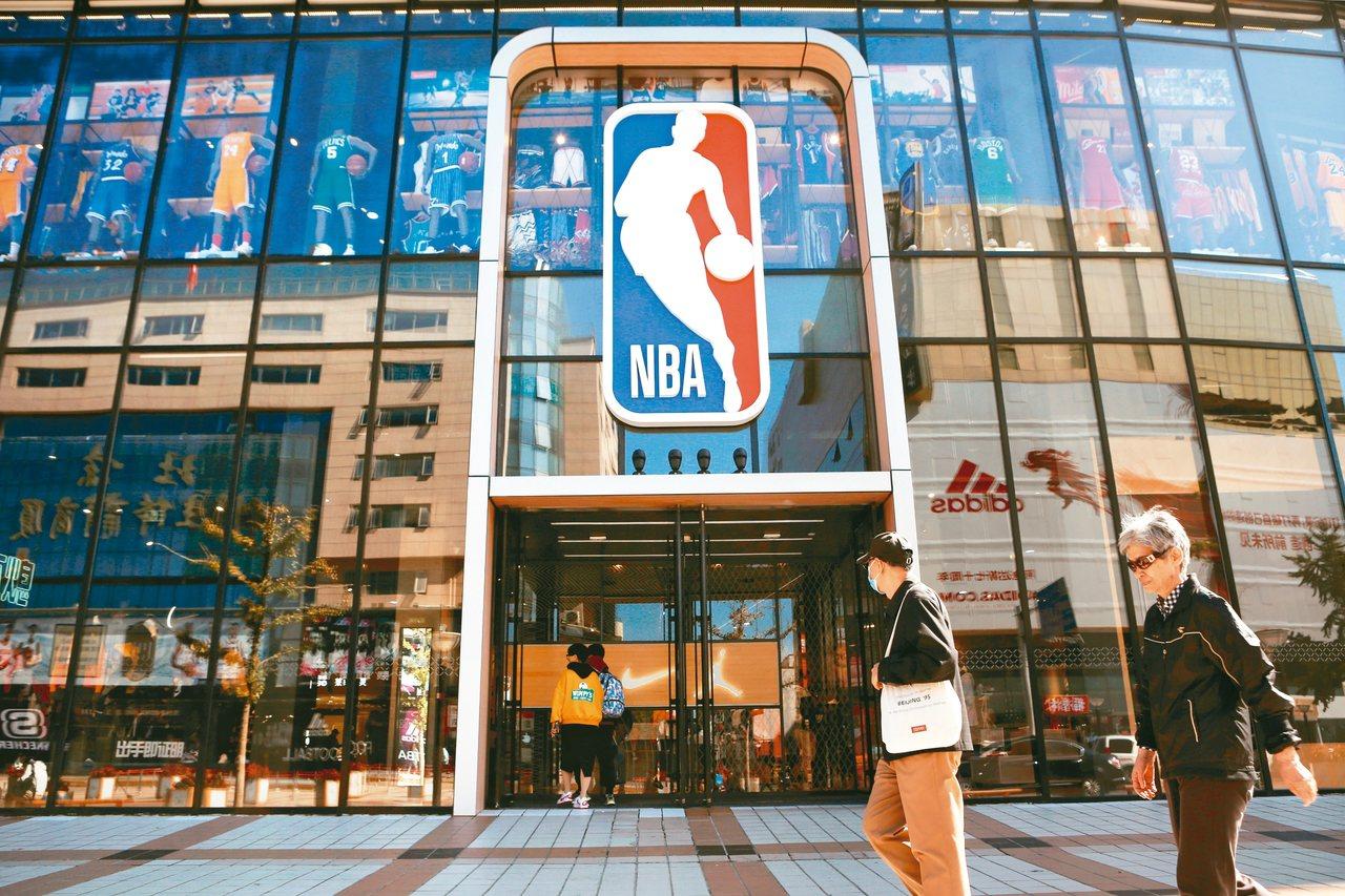 央視、騰訊體育宣布停播賽事,NBA在大陸數十億美元商機恐受影響。圖為位於王府井大...
