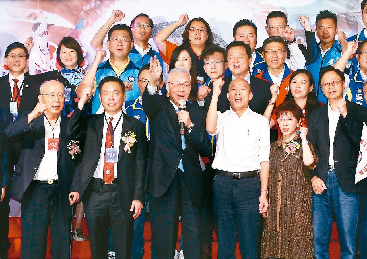 國民黨主席吳敦義(前左三)、前主席吳伯雄(前左一)、洪秀柱(前右二)、國民黨總統...