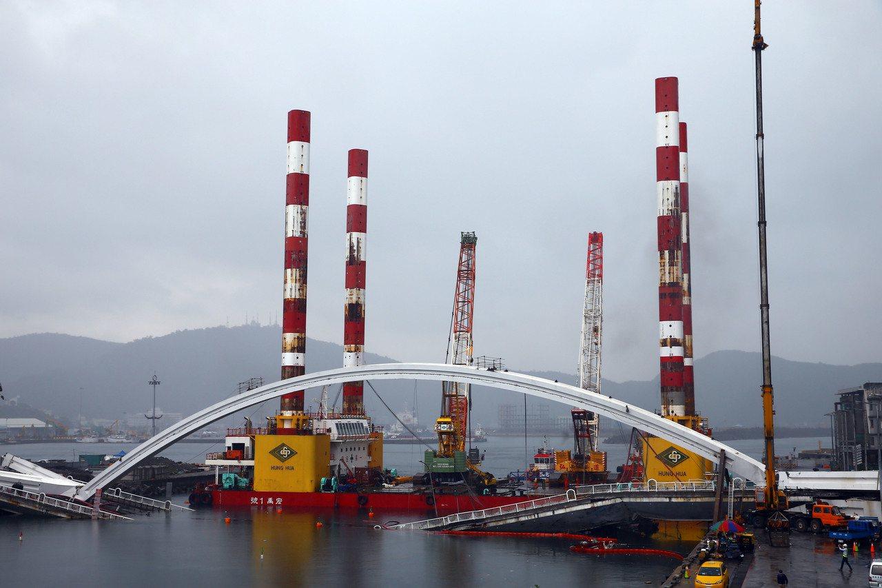 宜蘭南方澳大橋拆除作業持續進行中,全國最大、萬噸級的海上作業平台船宏禹一號,上午...