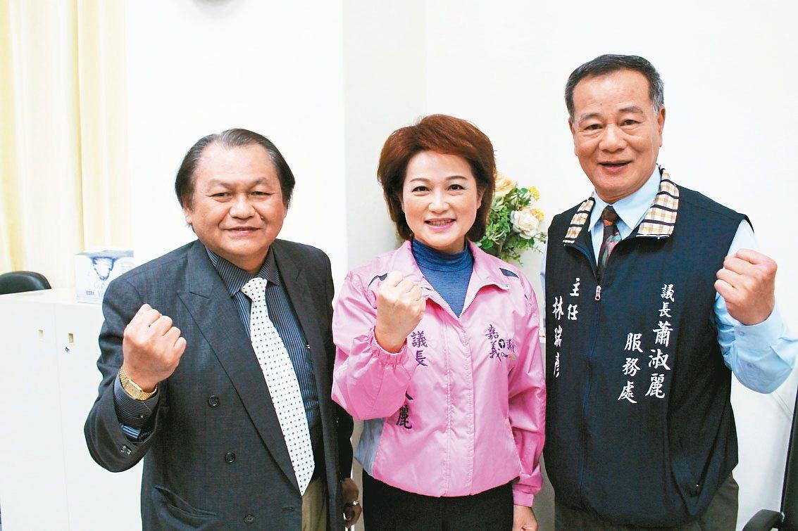 嘉義市議長蕭淑麗(中)昨天宣布親綠的邱楹棟(左)擔任市議會機要秘書。 聯合報 記...