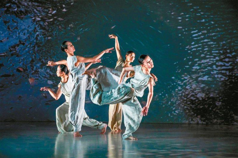 楊儀君(左起)、黃珮華、周章佞、黃媺雅跳《秋水》。圖/李佳曄攝影;雲門文化藝術基金會提供