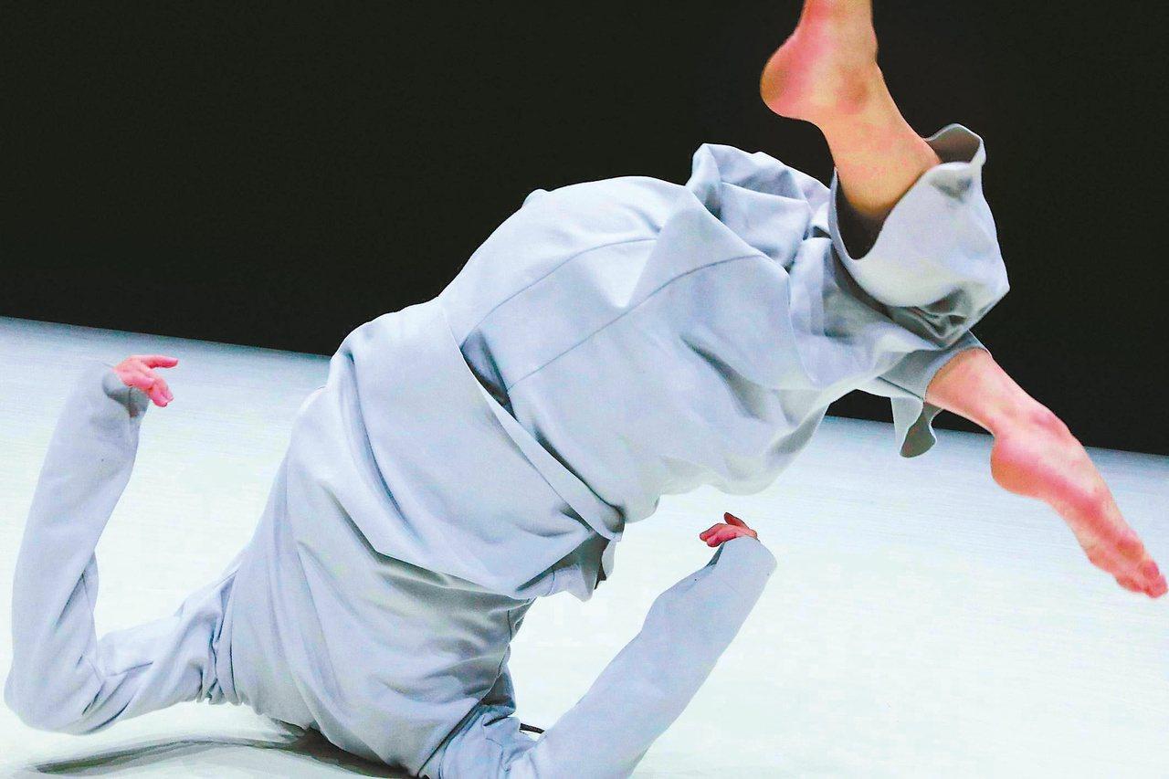 黃羽伶跳《12》。圖/陶冶攝影;雲門文化藝術基金會提供