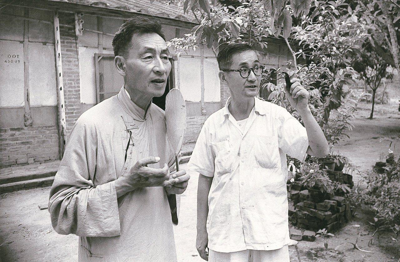 圖二:民國四十年代本文作者在台中縣北溝住宅前為父親莊嚴和郎靜山先生拍攝的照片。