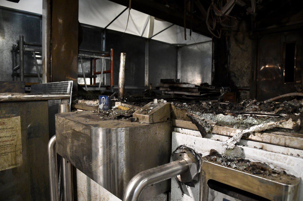 港鐵「重傷」旺角有水漬,觀塘站仍留燒焦味。 香港中國通訊社