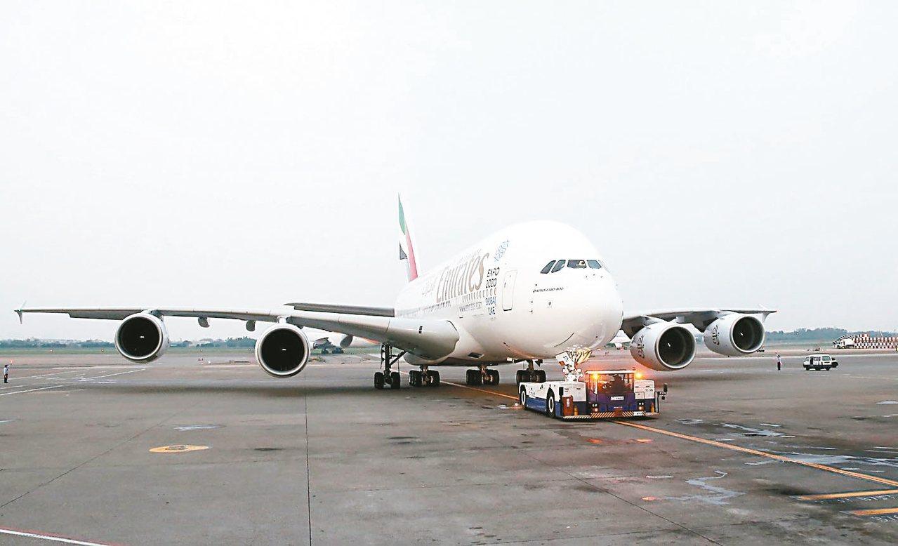 桃園機場地勤疑操作不慎,造成阿聯酋A380班機鼻輪受損。 圖/聯合報系資料照片