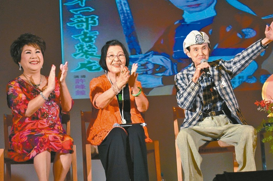 「國寶歌王」文夏(右)。 圖/聯合報系資料照片