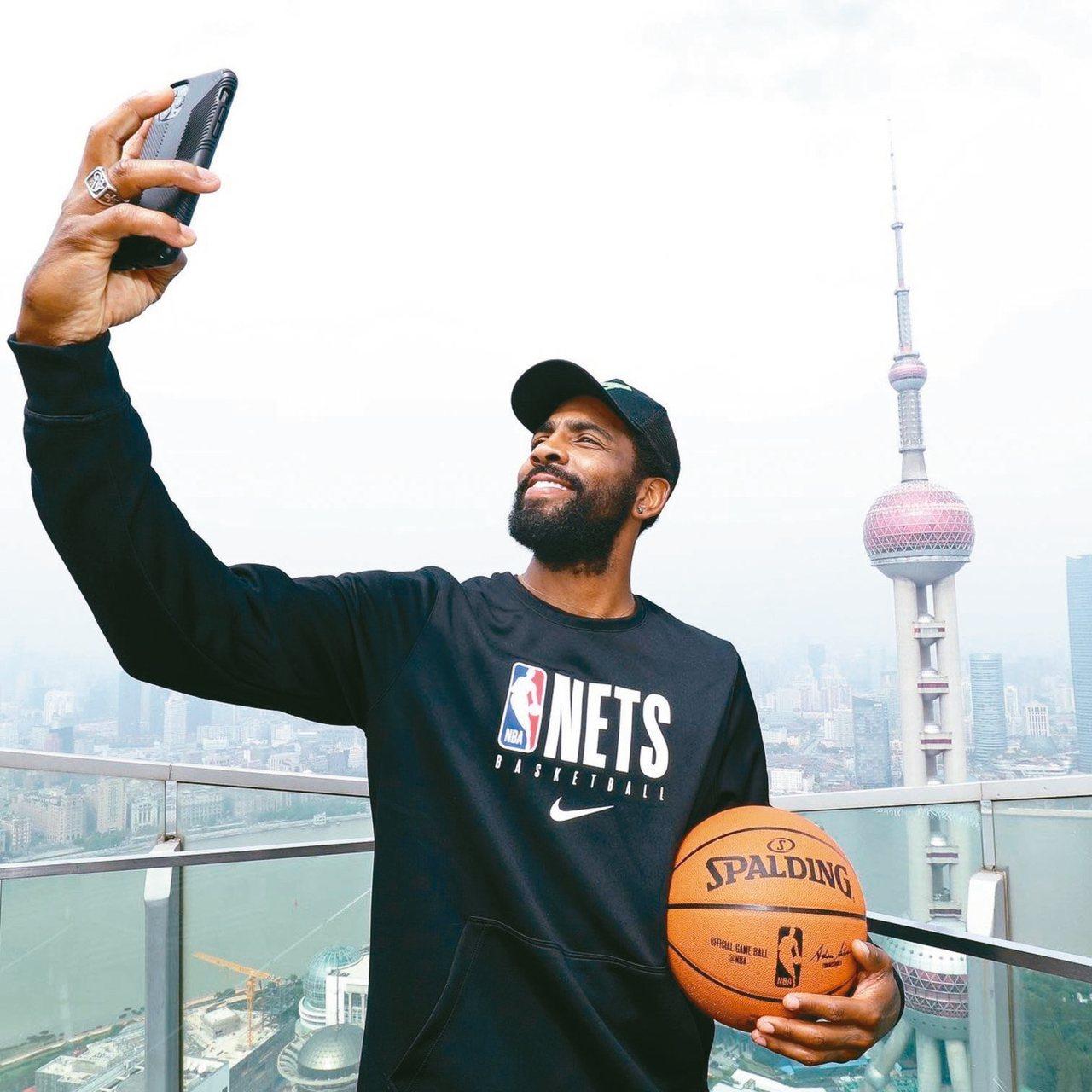 備戰NBA中國賽的籃網球星厄文,在上海地標東方明珠塔前自拍。 圖/取自籃網官方推...