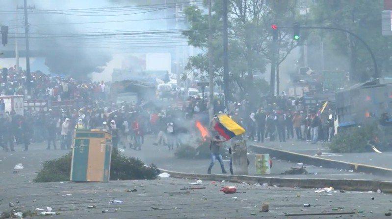 厄瓜多政府取消燃料補助導致油價飆漲,示威活動越演越烈。 圖擷自YOUTUBE