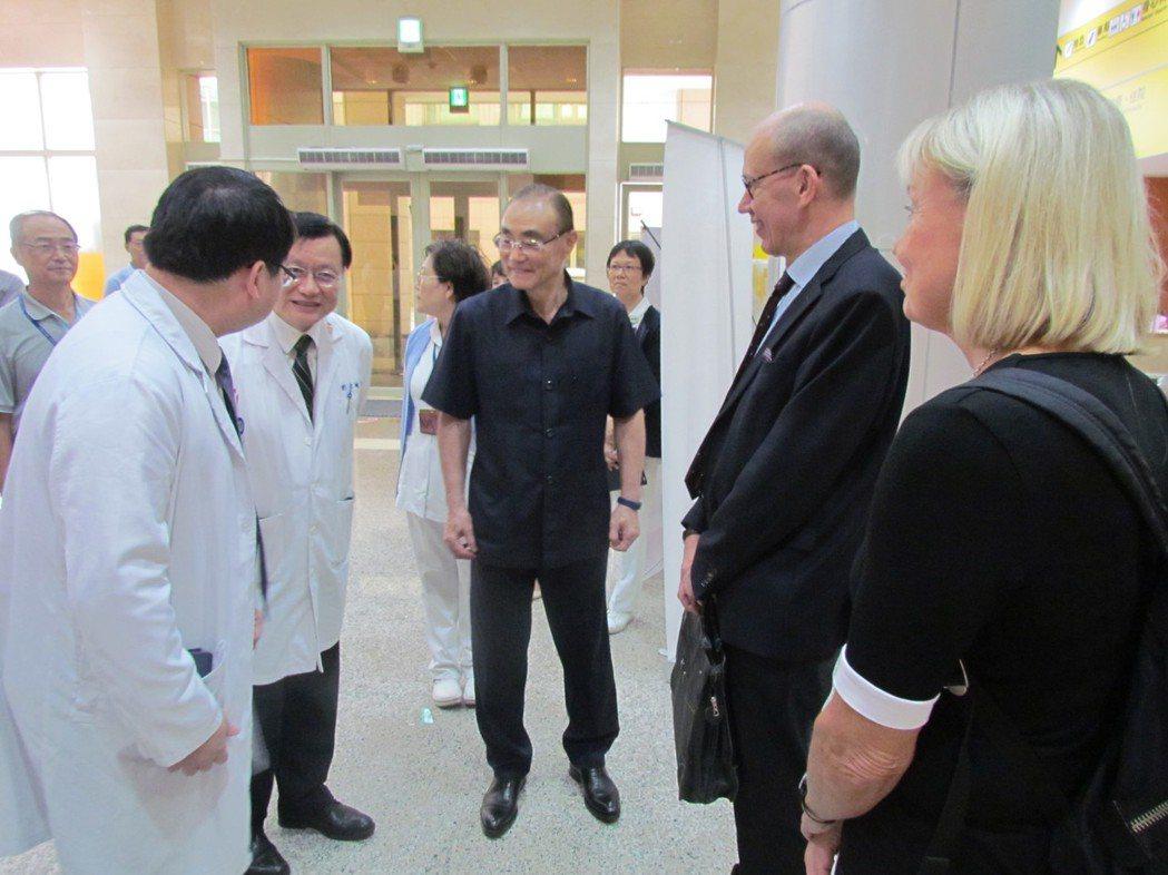 視導過程中,與芬蘭高齡醫學專家討論我國高齡長期照護情形。 高雄榮總/提供。