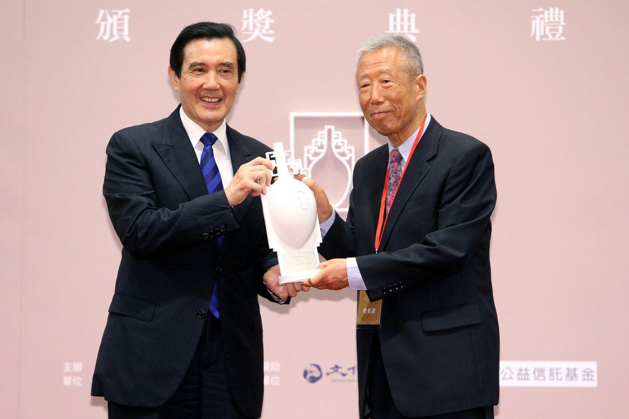 2015年10月30日由馬英九總統(左)主持第八屆「總統文化獎」頒獎典禮,將本屆...