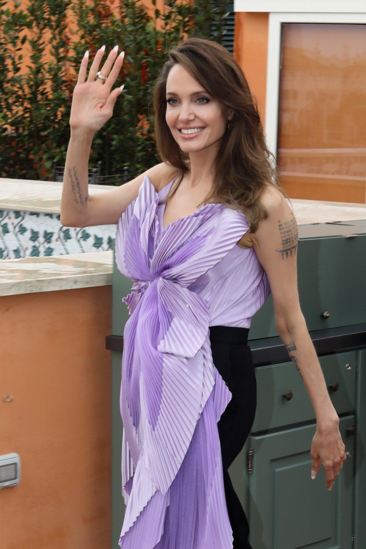 迪士尼最強反派電影《黑魔女2》即將上映,安潔莉娜裘莉與其他主演的演員們近日也勤跑...