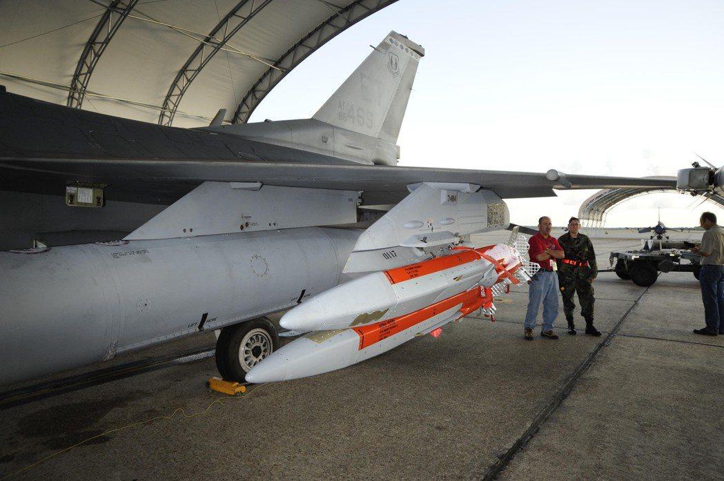 微型空射誘餌的單價約40萬美金,由於重量甚輕,一架F-16可以掛載4枚,模擬戰機編隊的入侵。除了發揮「聲東擊西」的戰術效果外,也能以「引蛇出洞」方式吸引飛彈開火再加以殲滅。 圖/取自美國空軍官網