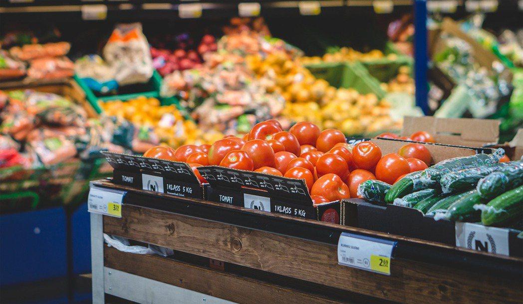 台東市近日設置一台冰箱,裡面的食物供民眾任意存取,積極推廣低碳飲食及零剩食習慣。...