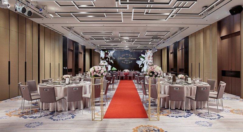 國泰萬怡酒店宴會廳挑高4米,氣派新穎。 業者/提供