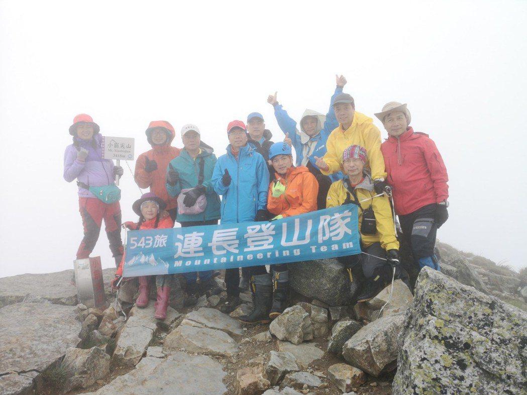 7年前,潘和榮自組登山隊,用他軍中的番號543連,現在有成員上千人,定期爬山並挑...