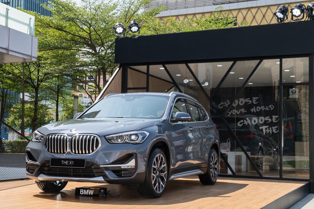 BMW X1全新設計的運動化外觀,包含加大的一體式水箱護罩與新式LED頭燈等,讓...