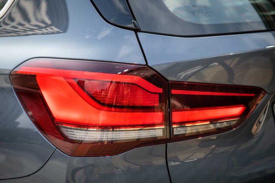 全新設計的LED L型立體尾燈與車身同色下護飾板帶來鮮明運動化跑格。 圖/BMW...