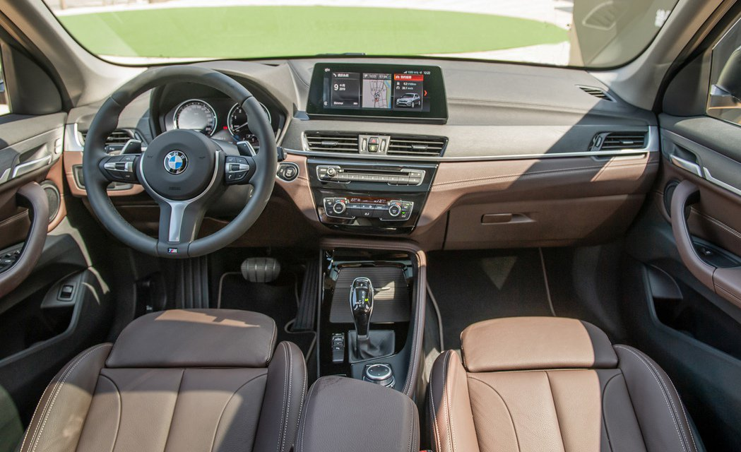 全新BMW X1標配雙前座電動座椅與M款多功能真皮方向盤,帶來絕佳的乘坐與駕馭感...