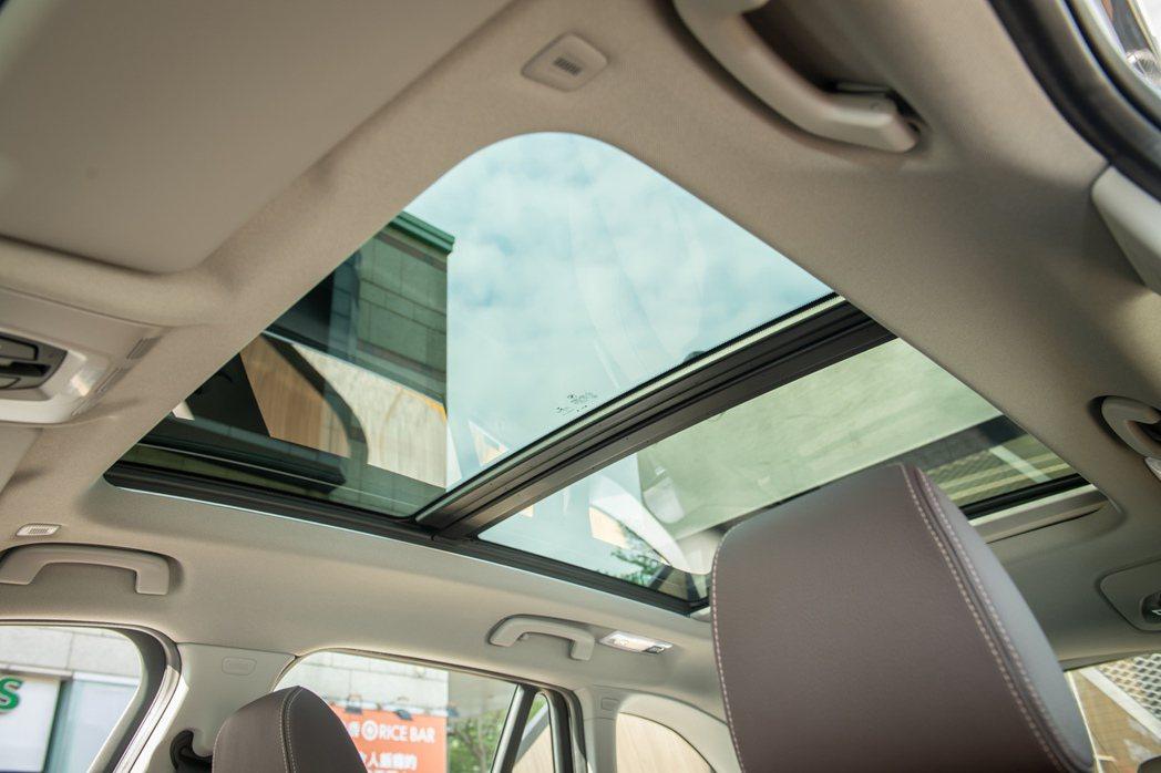 全新BMW X1 sDrive20i 標配全景式電動玻璃天窗。  圖/BMW汎...